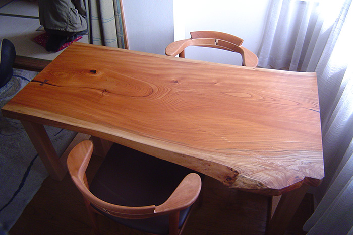 二人掛けの小ぶりなダイニングテーブルを亜和座チェアと合わせてご納品させていただきました