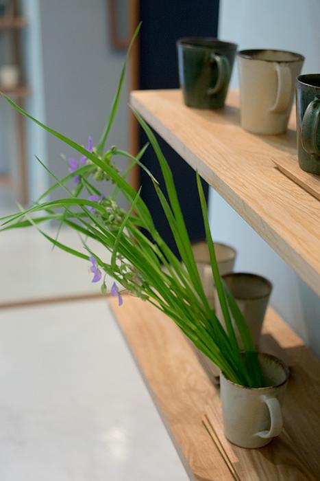 「森から生まれた器」に合わせて活けていただいた海保さんのお花