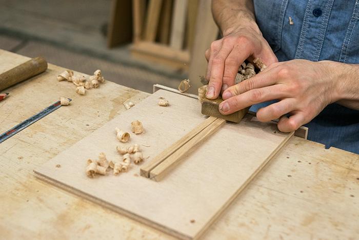 大まかにお箸の形に整えた材料からスタート