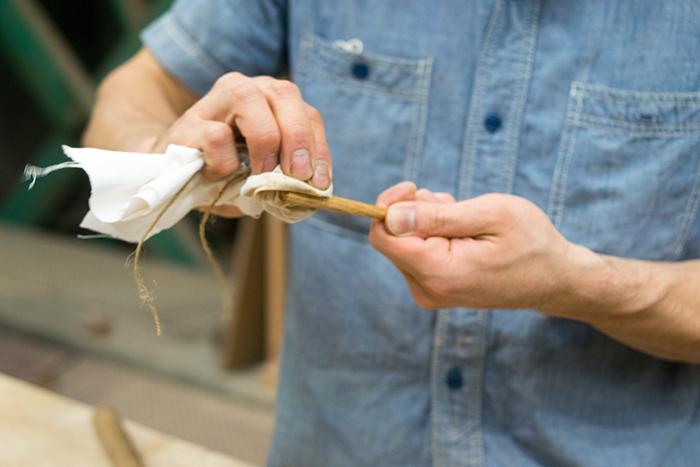 クルミの油でお箸を塗装