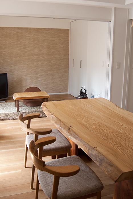 セン一枚板天板ダイニングテーブルに亜和座チェア、アッツベンチを合わせたダイニングテーブルセットと、カットした部分でつくったローテーブルをご納品した様子です