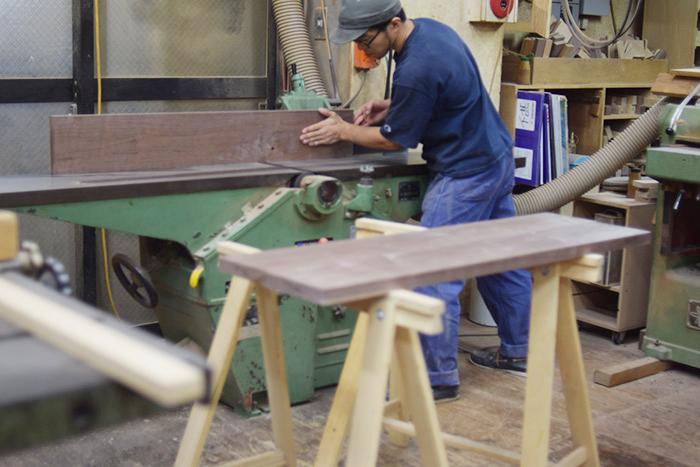 無垢テーブルと無垢椅子を製作中の地下工房