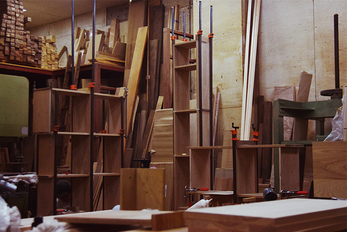 無垢収納家具TANA本棚製作中の地下工房