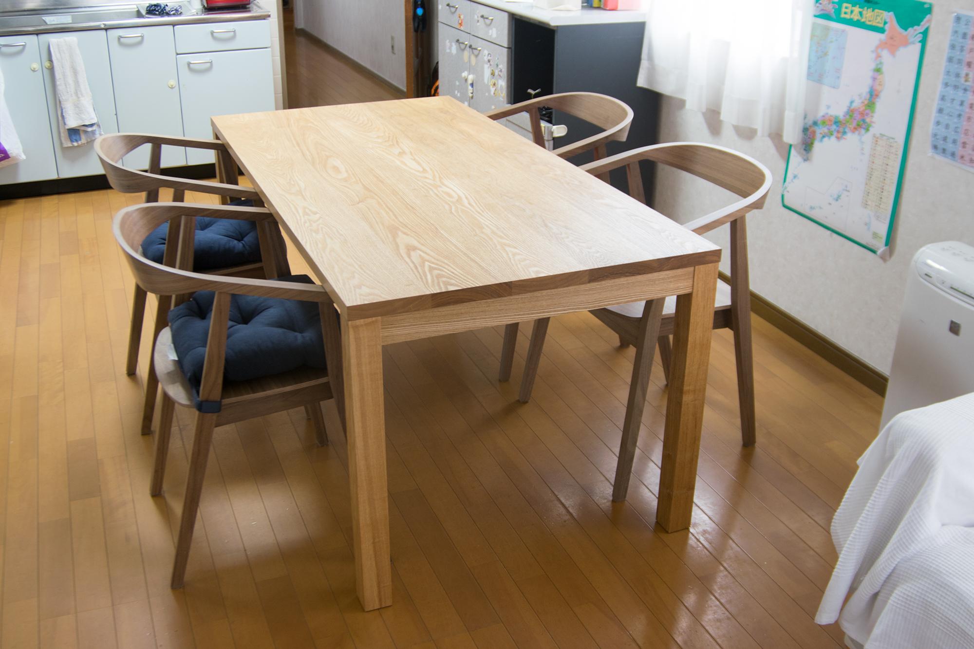 お客様がもともとお使いの椅子をテーブルに合わせていただきました