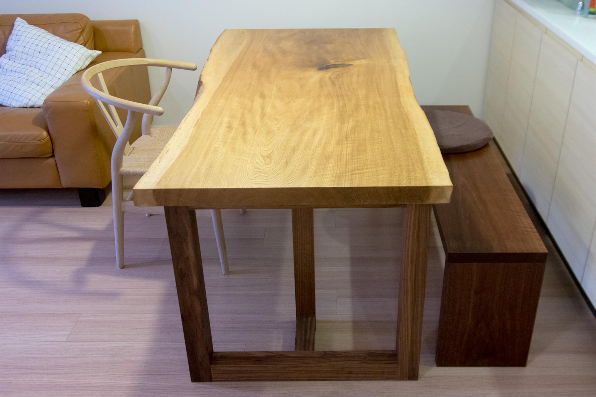 ナラ一枚板無垢天板のダイニングテーブルとウォールナットベンチ