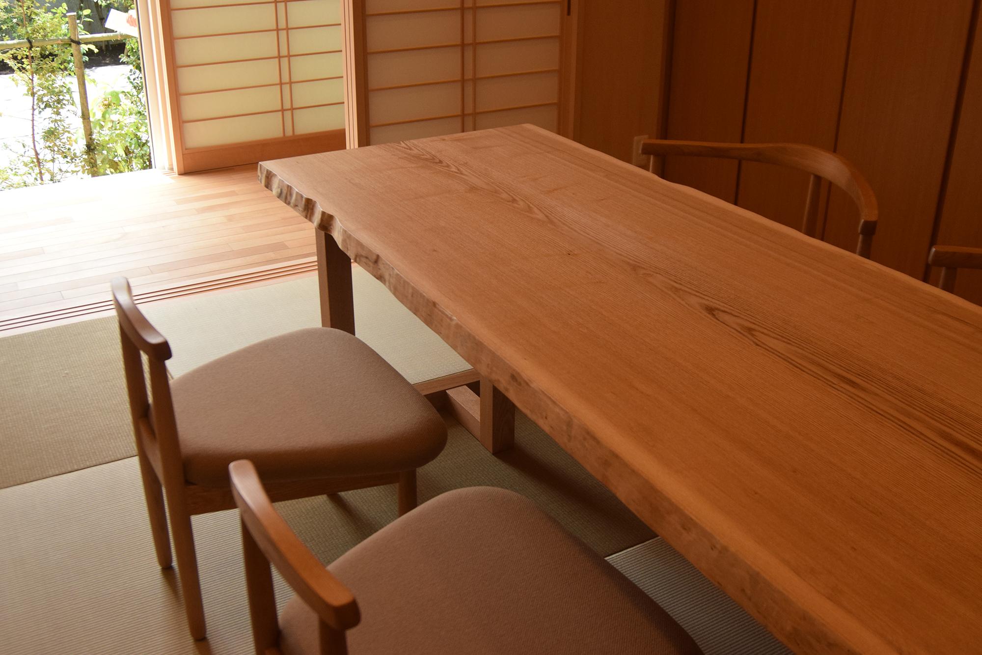 タモ一枚板無垢天板のダイニングテーブル