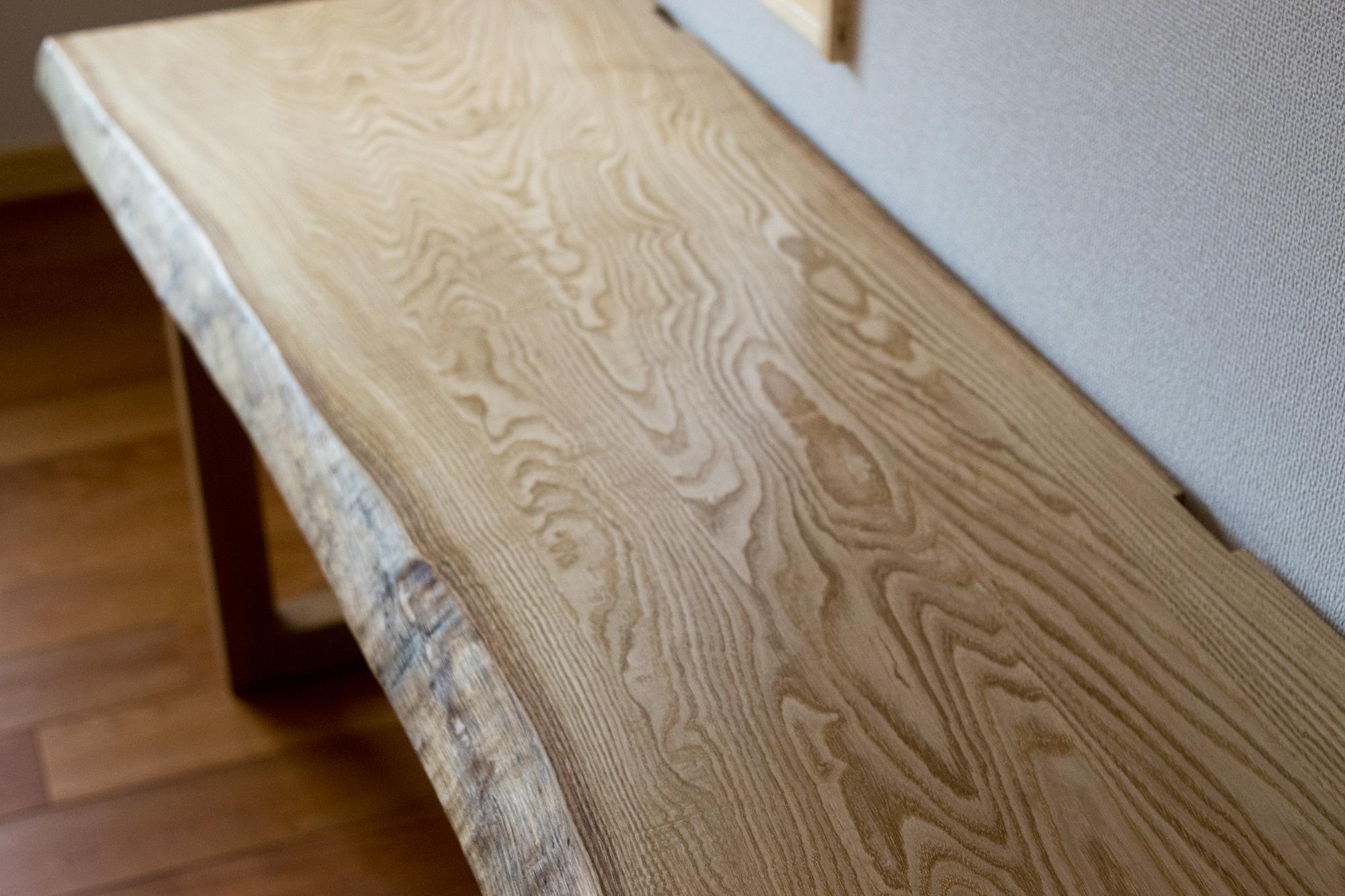 穏やかで表情豊かなクリ材の木目