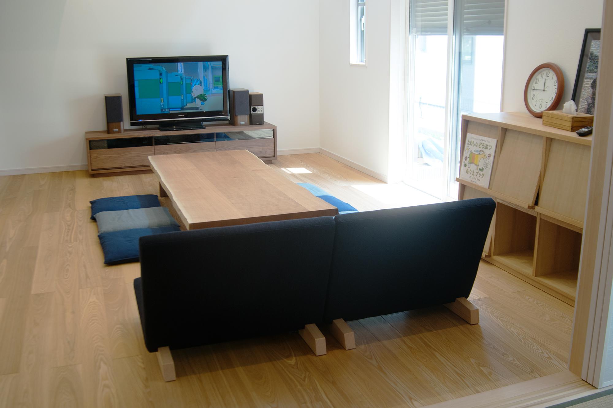 ローソファとクルミ三枚接ぎ無垢天板ロテーブル
