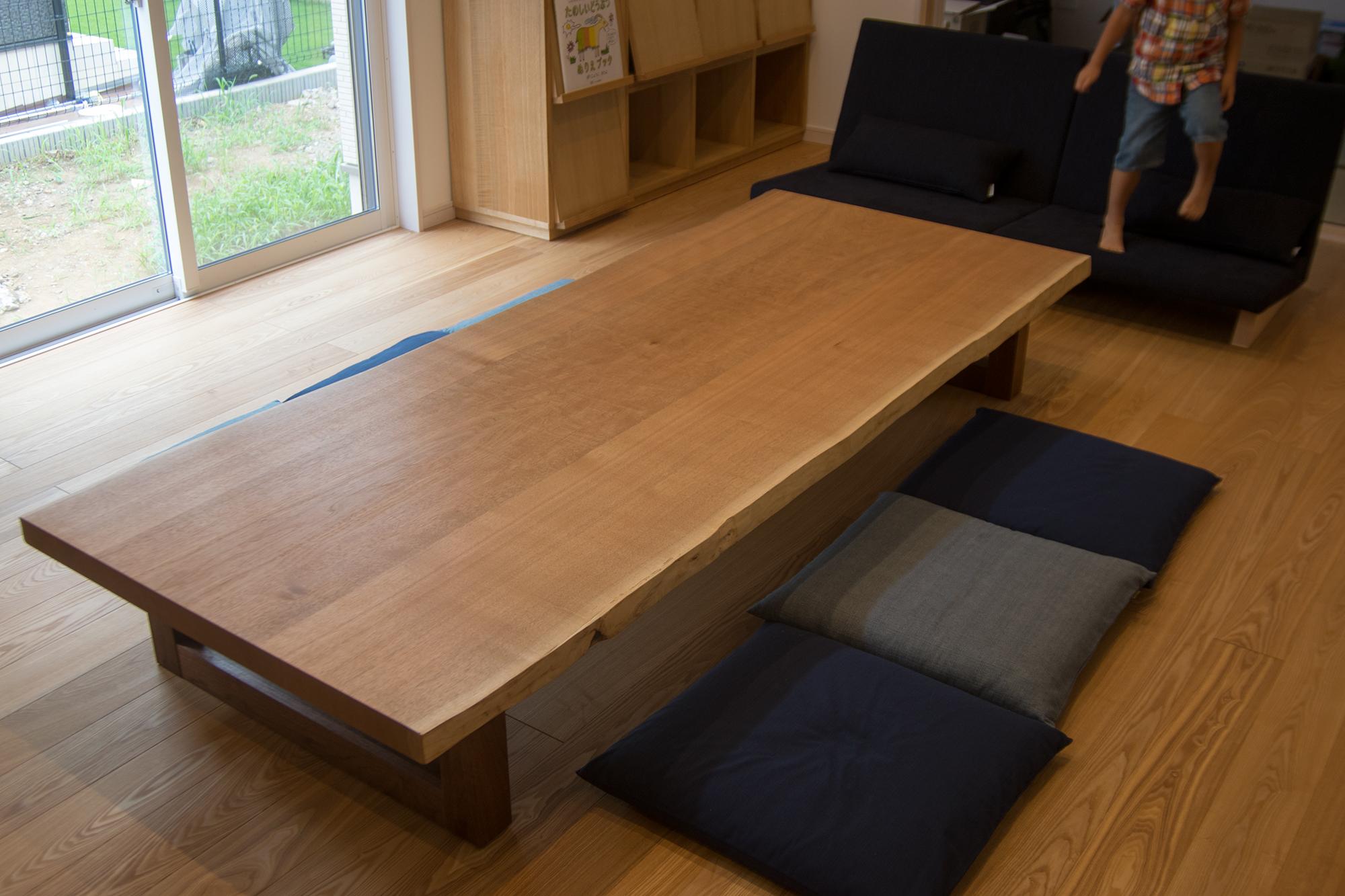 穏やかな褐色が魅力の、クルミ三枚接ぎ天板のローテーブル