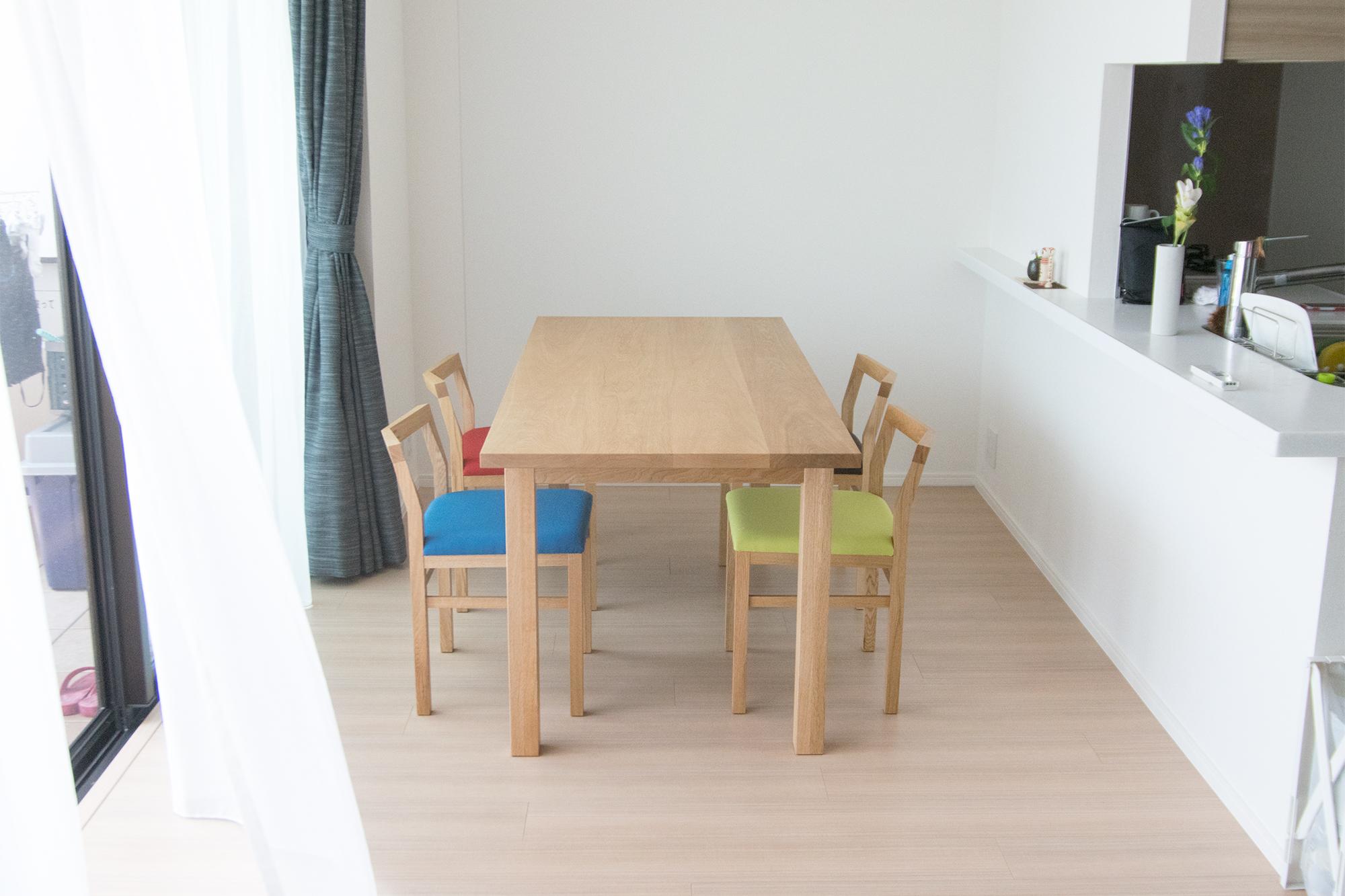 ナラ材で製作したスタンダードテーブルと、ピコチェアを合わせたダイニングテーブル、ご納品の様子です
