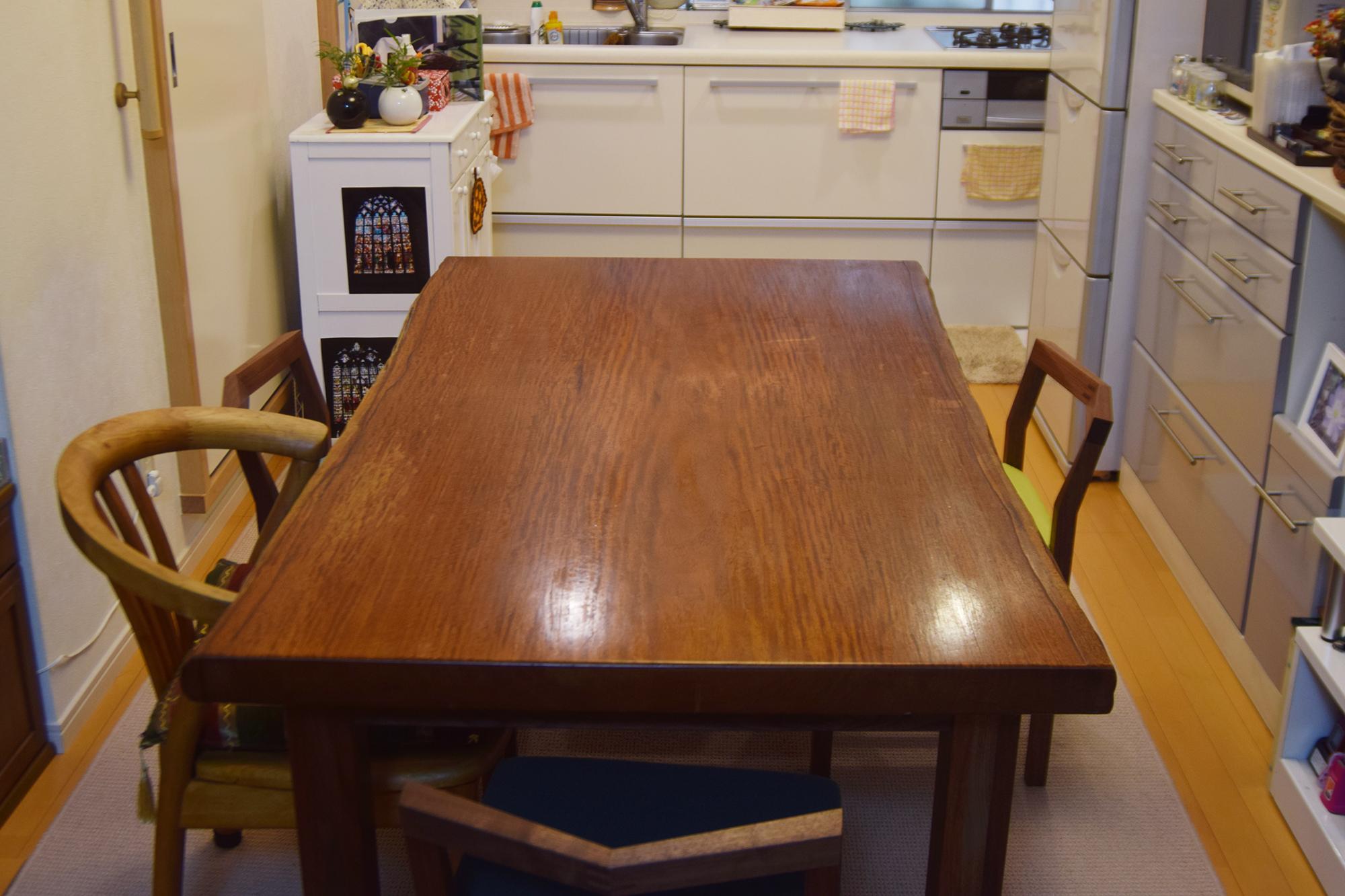 脚部を製作させていただいたテーブルと、ピコチェアご納品の様子