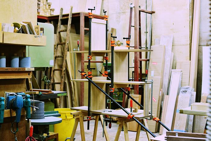 飾り棚製作中の工房