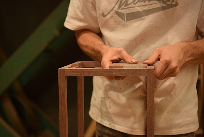 ウォールナット無垢材の花台製作中