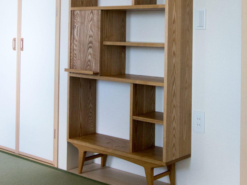 無垢タモ材で製作したTONEブックシェルフ、本を飾るスライドだなのついた本棚です