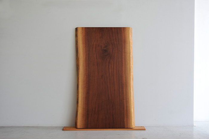 アメリカンブラックウォールナット材の無垢一枚板天板 N09-99をご紹介します