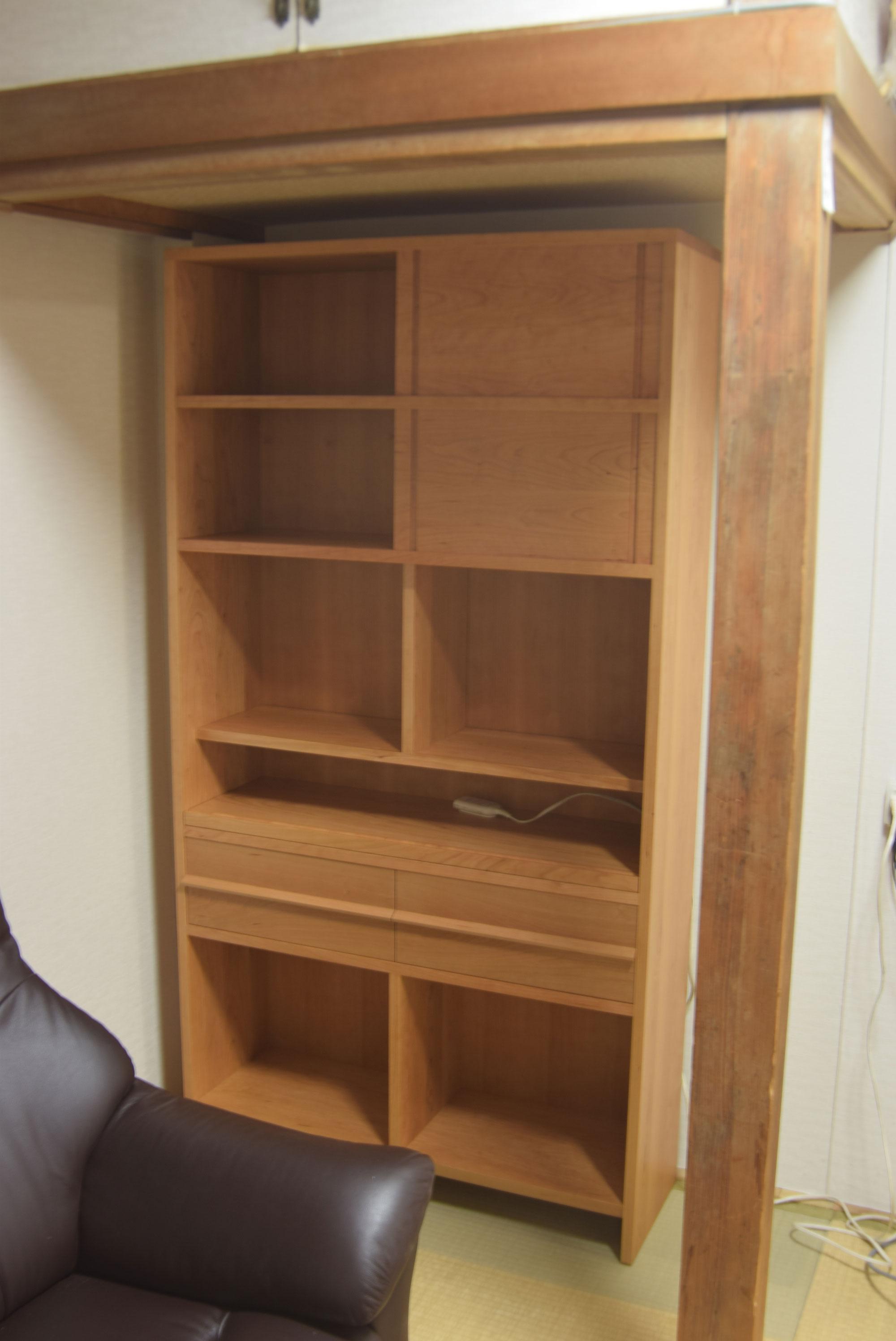 スライドして引き出すとデスクとしてお使いいただけるTANA仕様の本棚