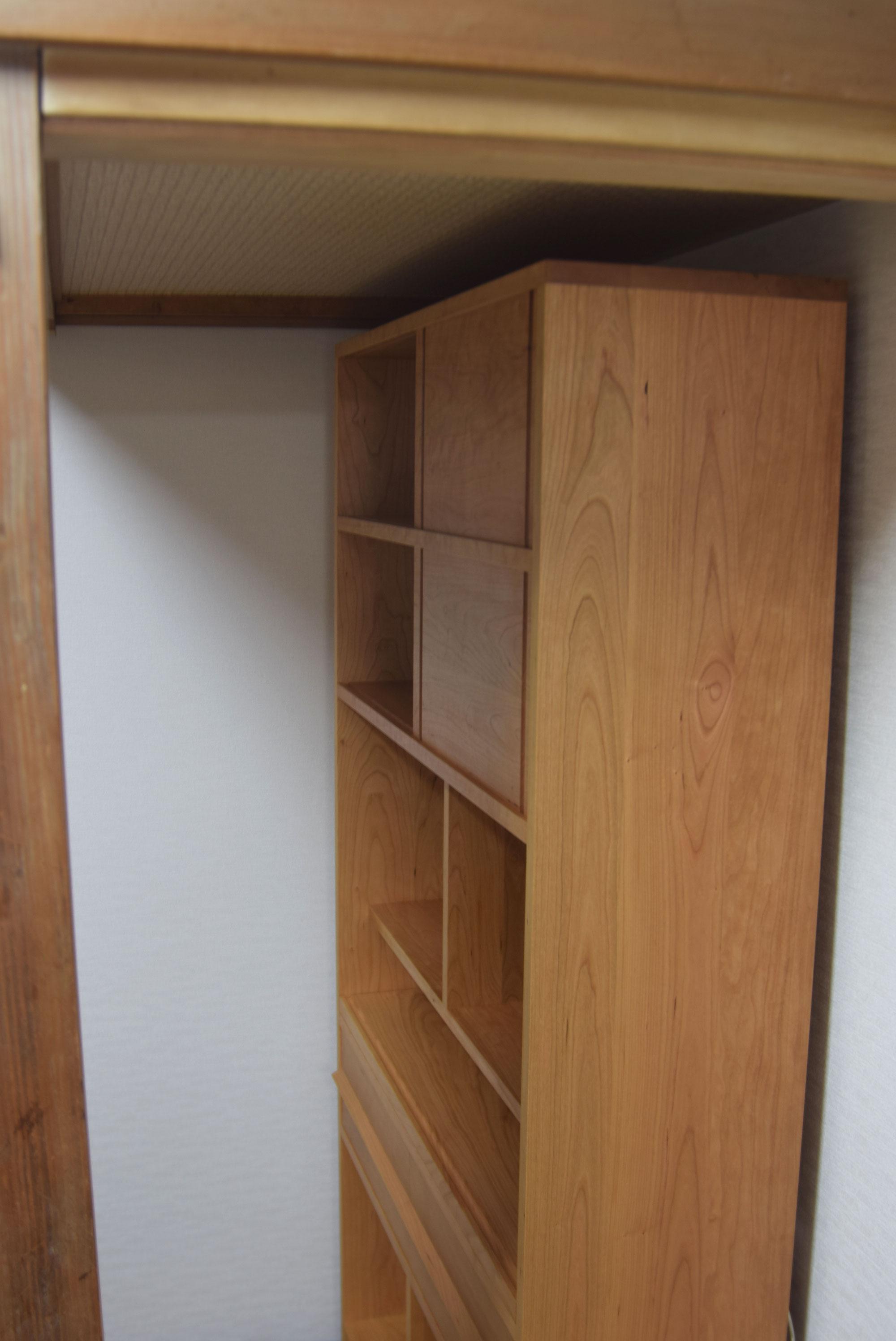 アメリカンチェリー材、TANAの仕様で製作したスライドデスク付きの本棚