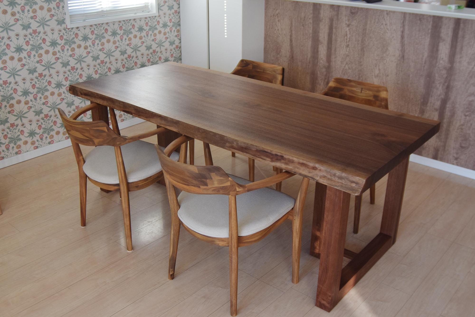 木目と色合いの美しいウォールナット一枚板無垢天板ダイニングテーブル、ご納品の様子