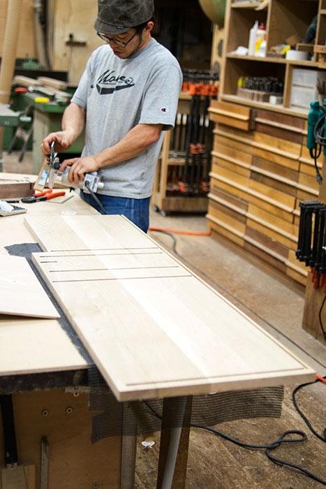 ナラ材の側板にサネを入れるための溝を切っているところ