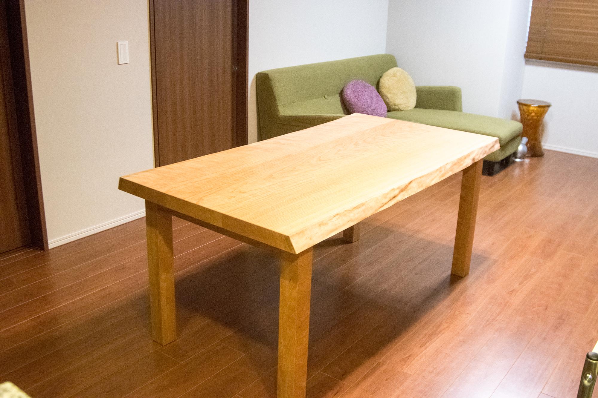 ミミ付きアメリカンチェリー三枚接ぎ無垢天板テーブル