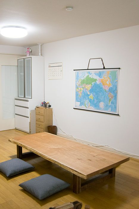 ロシア産クルミ三枚接ぎ天板をローテーブルの形でご納品しました