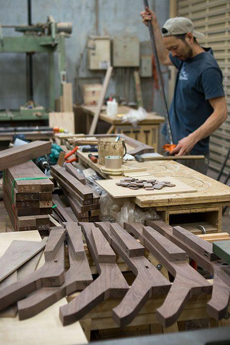 木製ソファを製作中の鈴木君