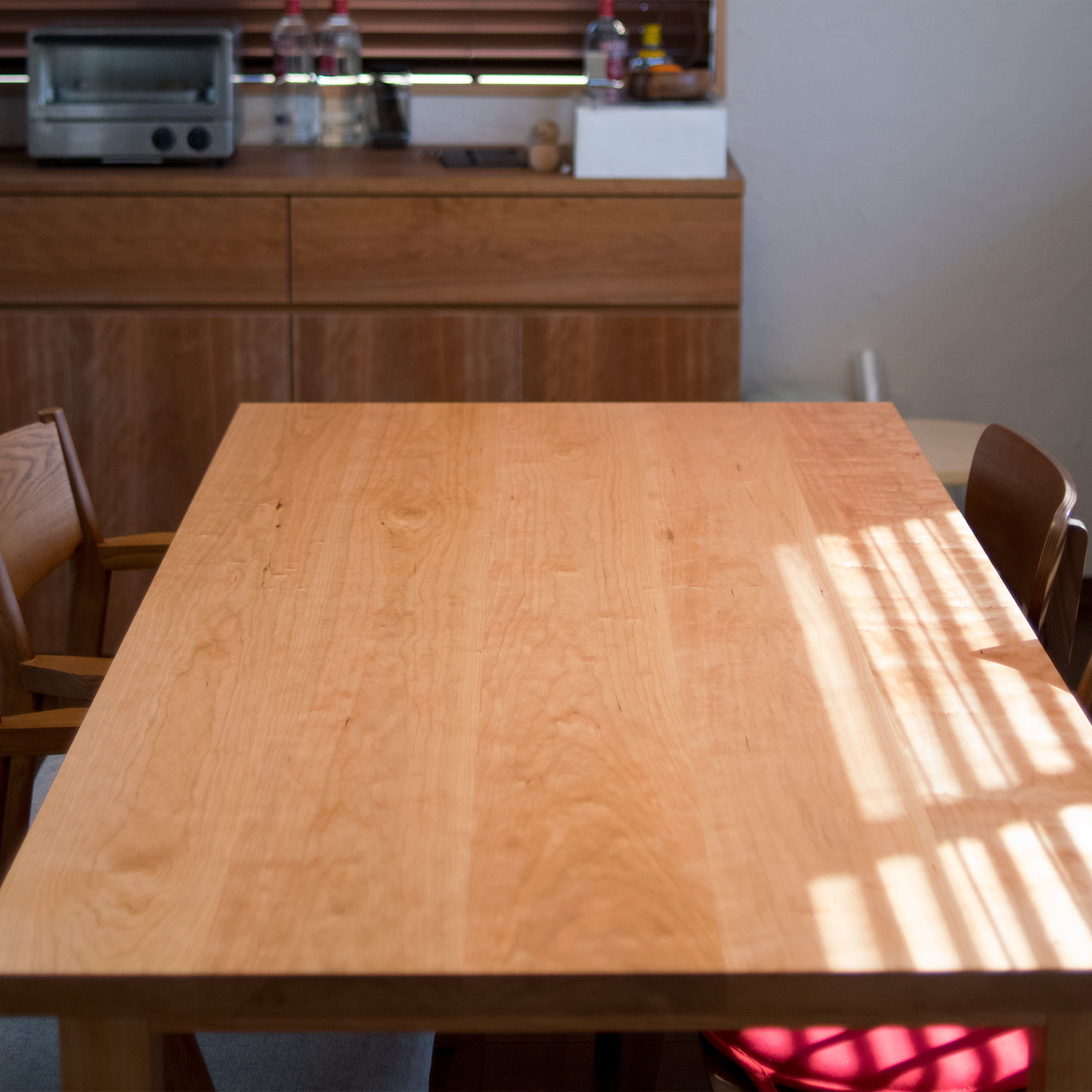 アメリカンチェリー材独特の色合いと繊細な木目が際立つ天板