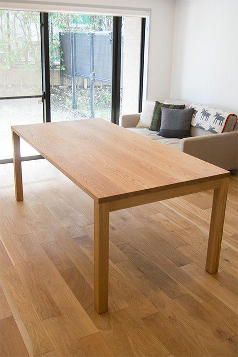 ナラ無垢材で製作したシンプルなシルエットの無垢テーブル