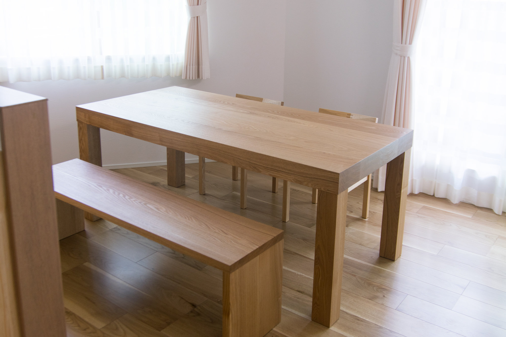 90mm厚の天板の厚みが特徴の無垢テーブル