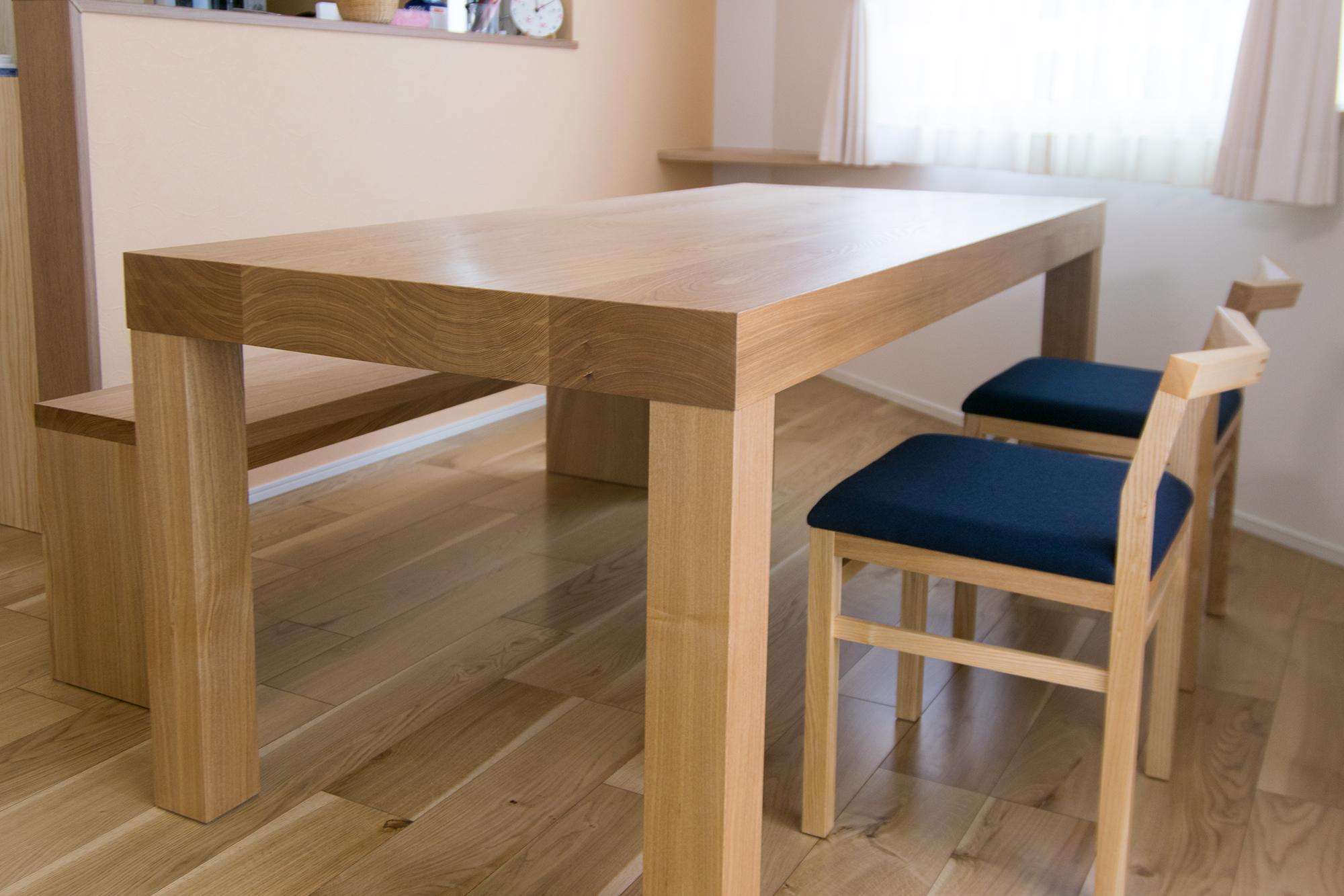 テーブルとベンチと椅子はすべてタモ材のダイニングセット