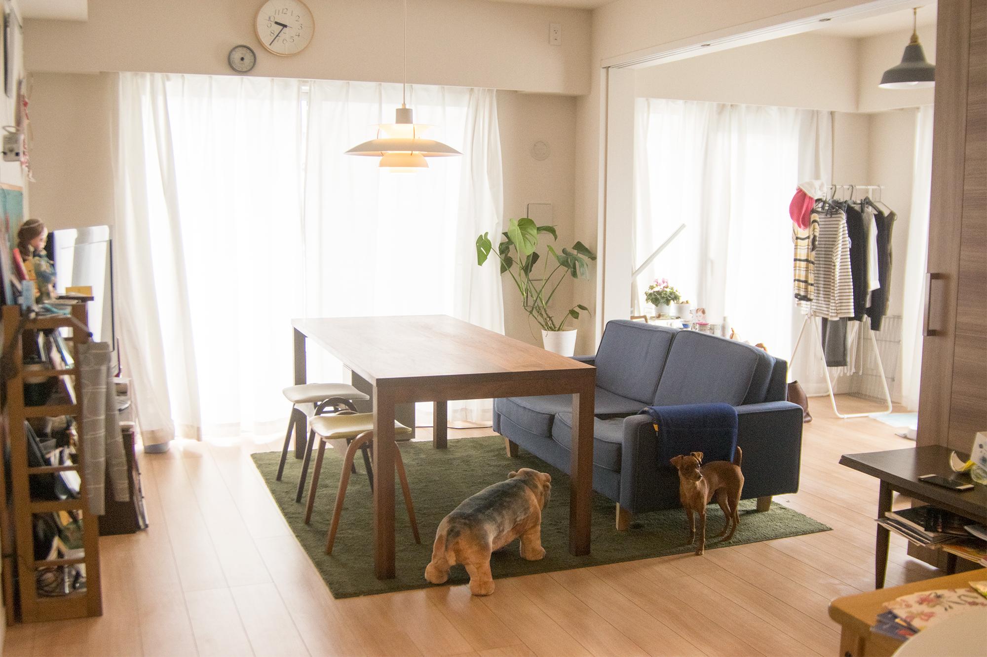 ソファに合わた大きさのウォールナット材テーブル