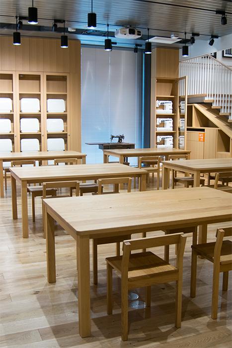 テーブルと椅子、YKK株式会社様「ものづくり館」