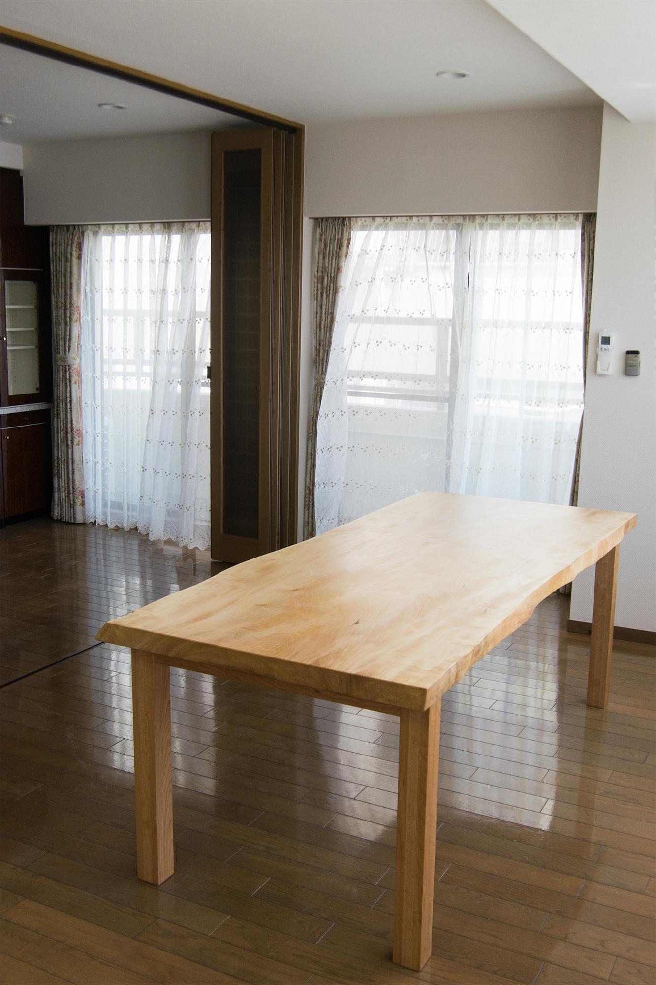 トチ一枚板天板にタモ材のフォーレッグスを合わせたダイニングテーブル、ご納品の様子