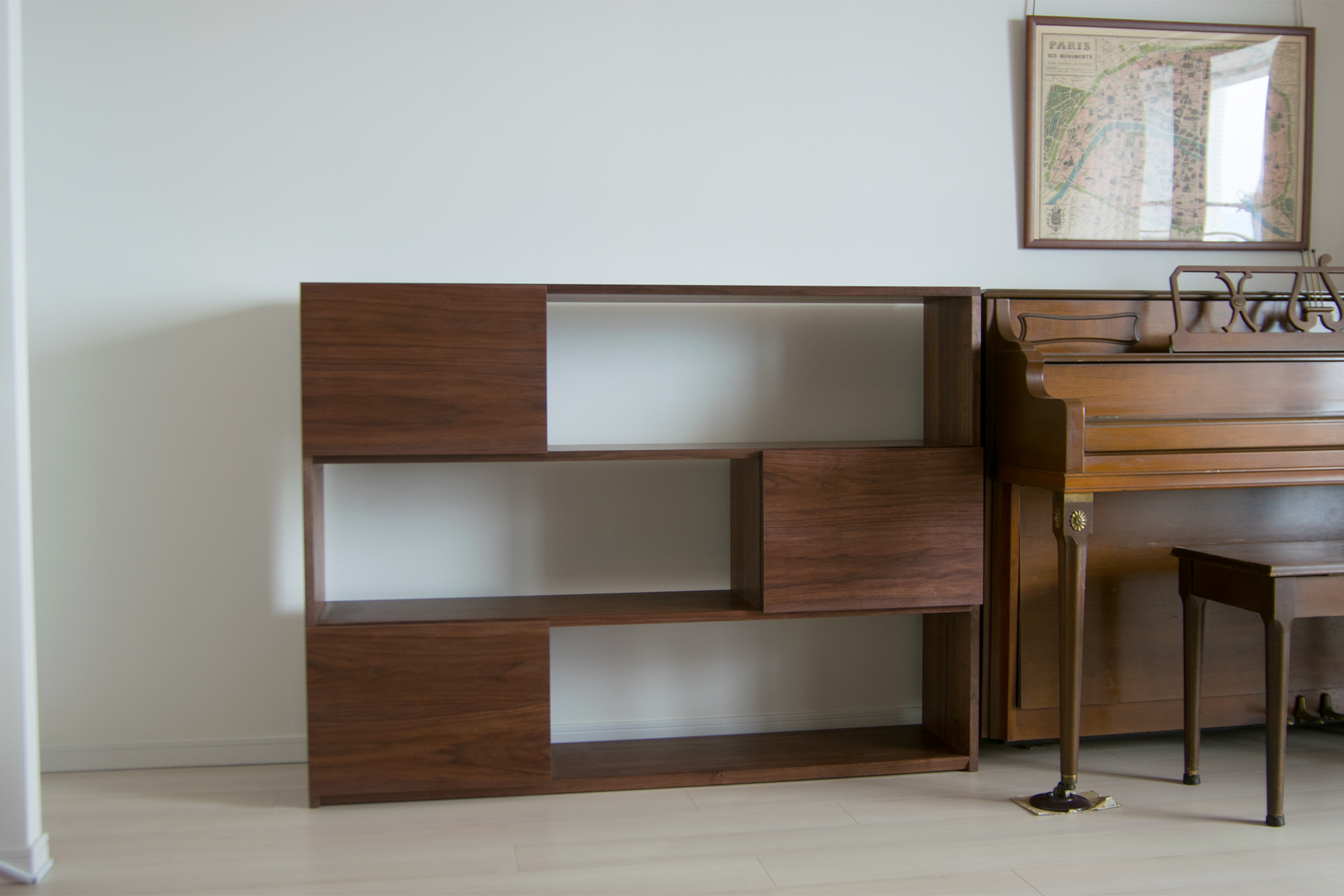 ご納品したウォールナット材TANA本棚、互い違いの引き扉つき収納