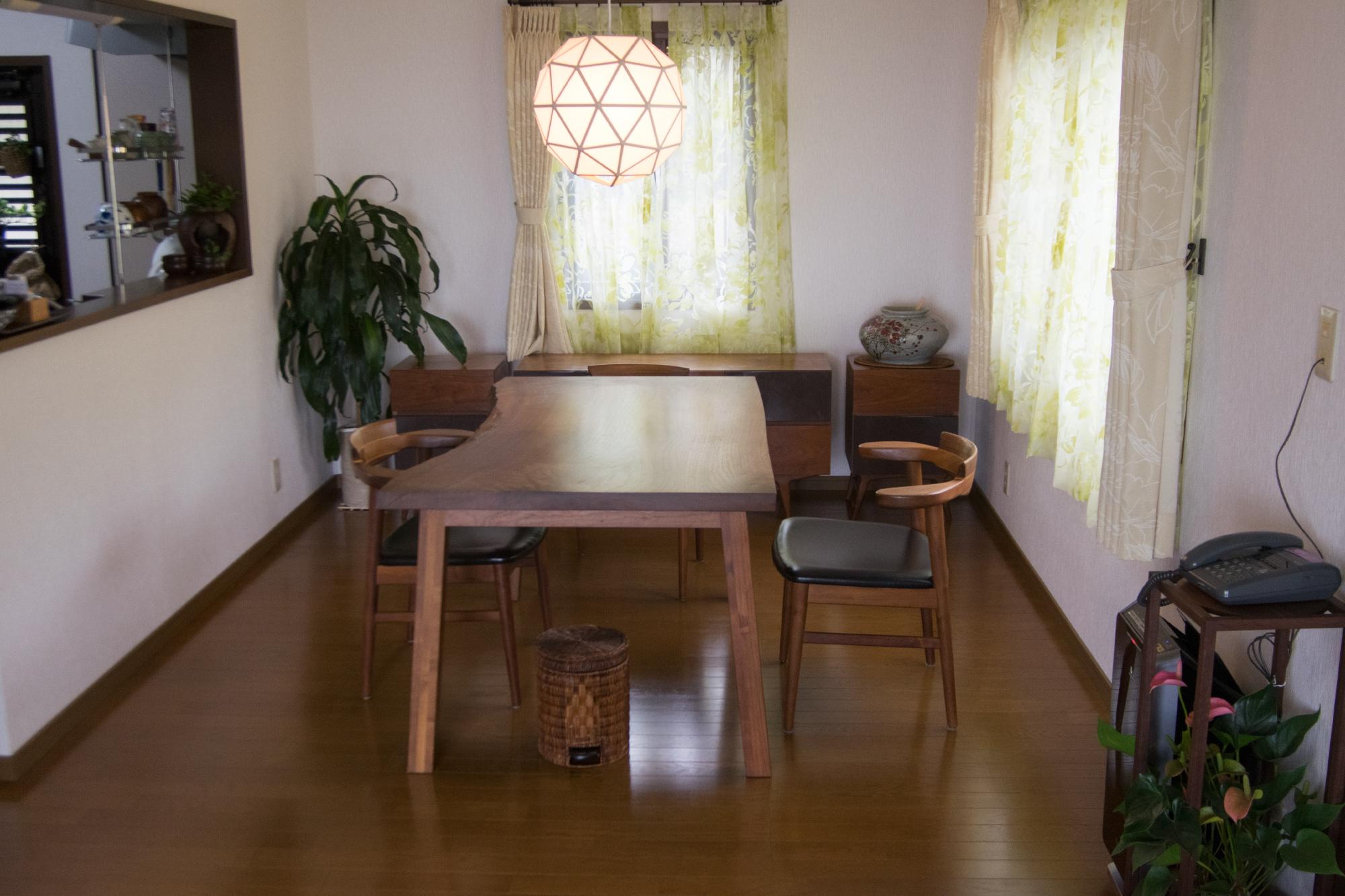 アメリカンブラックウォールナット一枚板天板ダイニングテーブルに亜和座チェア