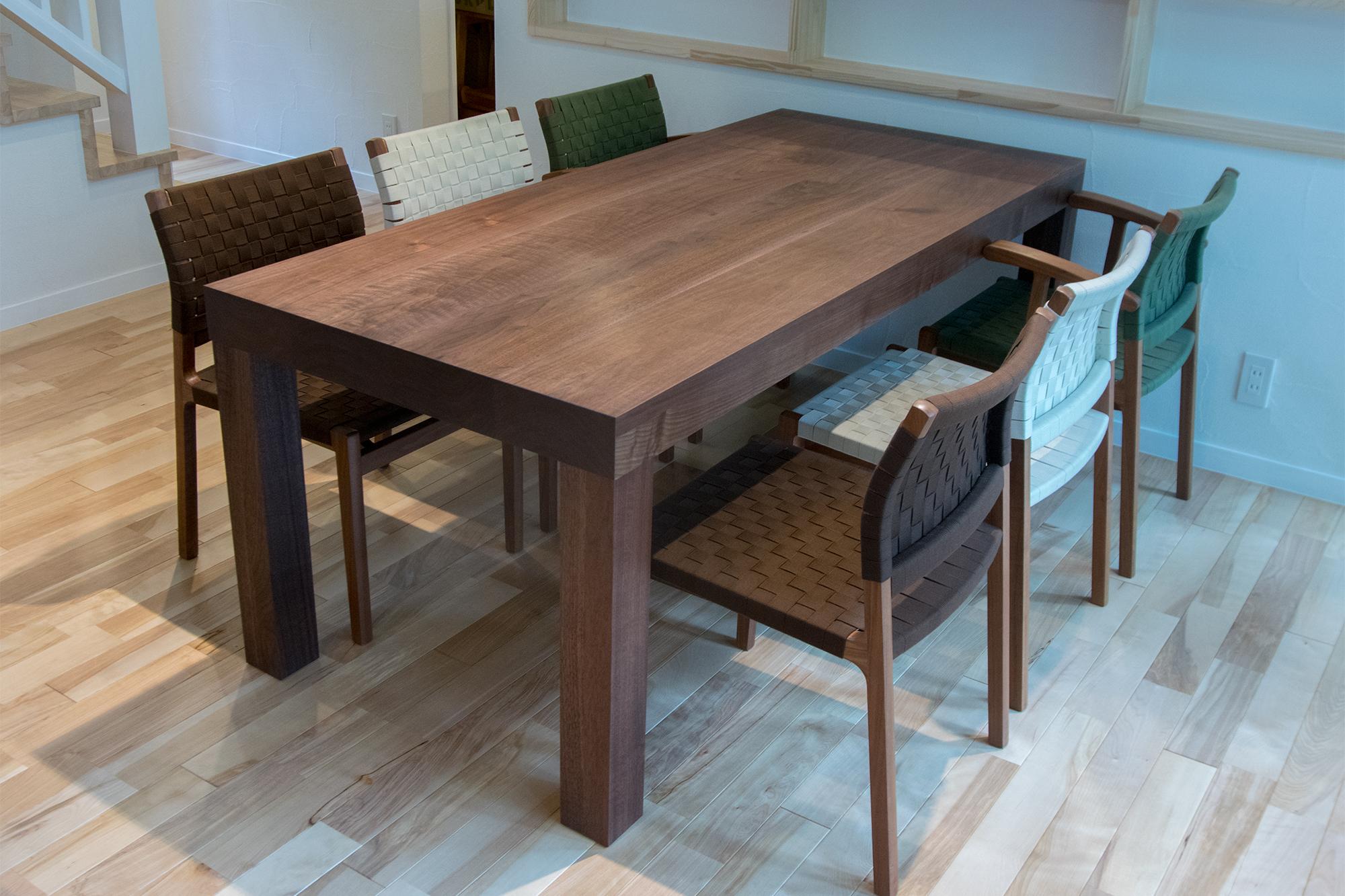 天板が厚い、ウォールナット材の無垢テーブル