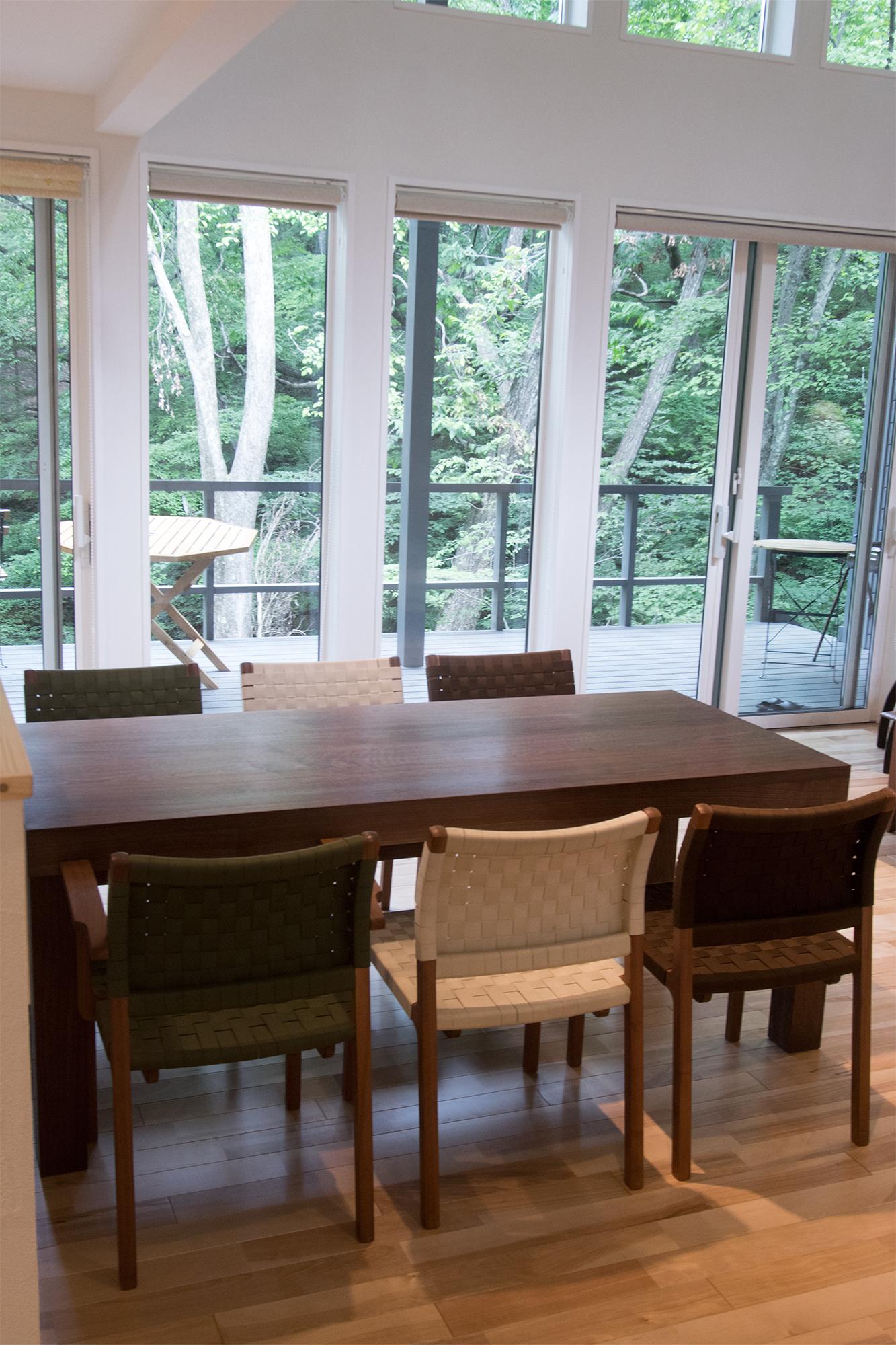 椅子と合わせてご納品したウォールナット材ダイニングテーブル