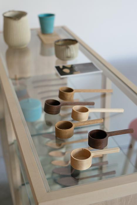 コーヒーを楽しむ5日間 コーヒーメジャーなどコーヒーを楽しむためのアイテムが並びます