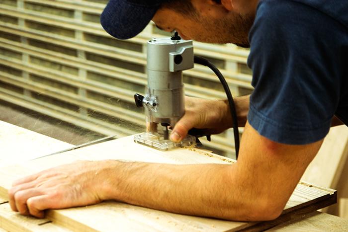 TANAテレビボードを製作中、ルーターで溝を掘っているところ