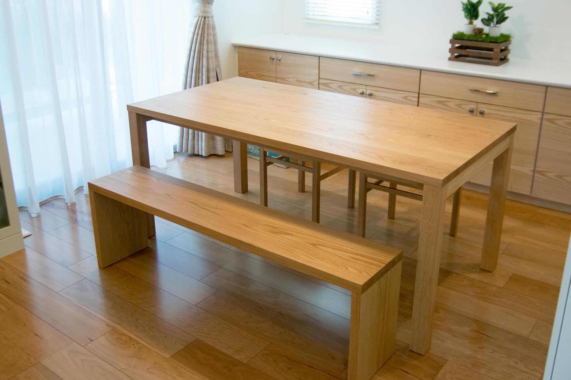 タモ材で制作したスタンダードテーブルとベンチ、ピコチェアのセット