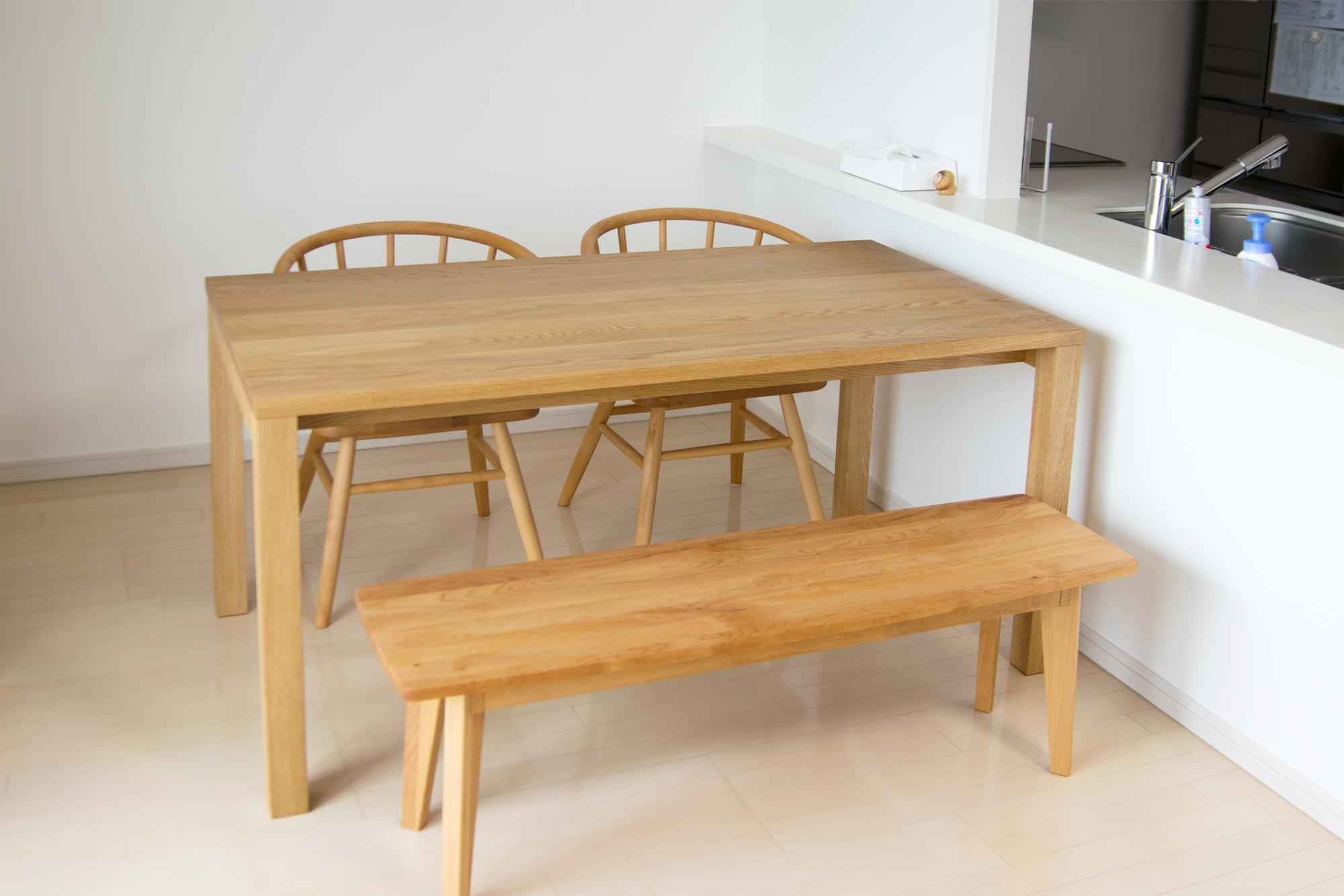 タモ材で脚周りが広いデザインのスタンダードテーブル・タイプ2