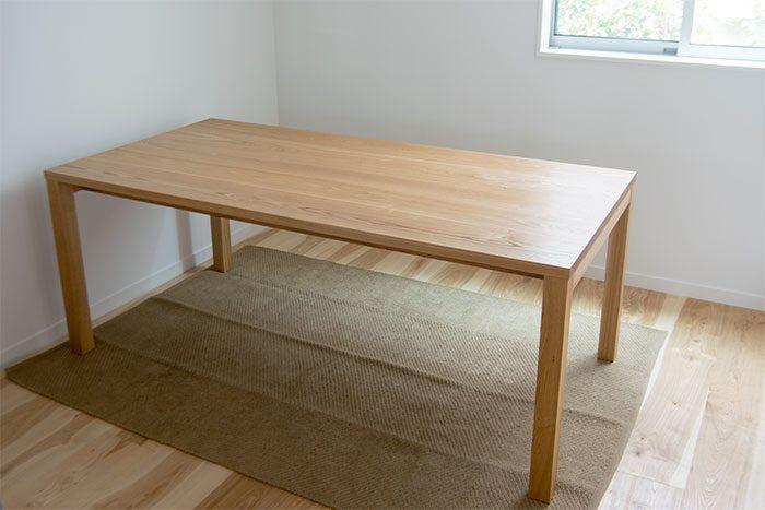シンプルなデザインの無垢テーブル