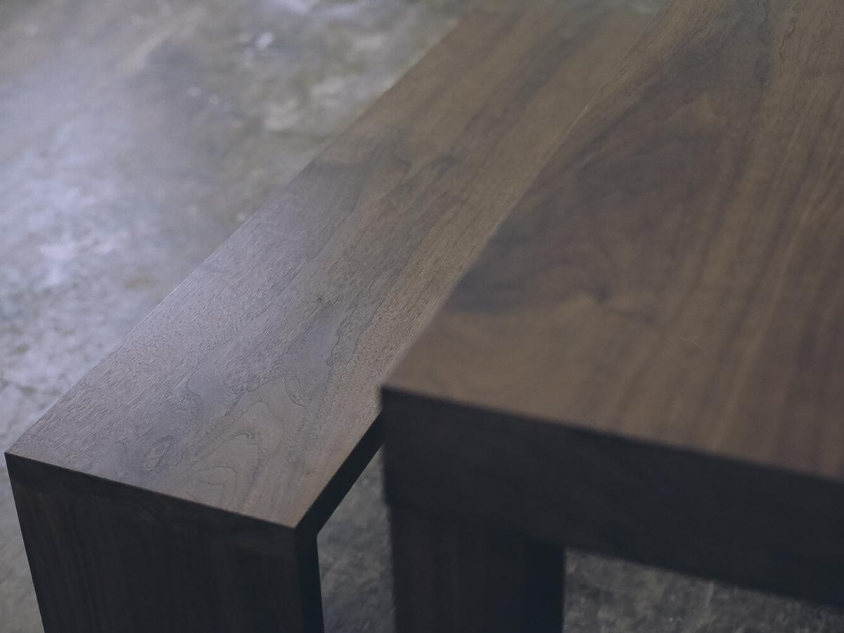 ウォールナット材どうしの組み合わせが人気のアッツテーブルとベンチ
