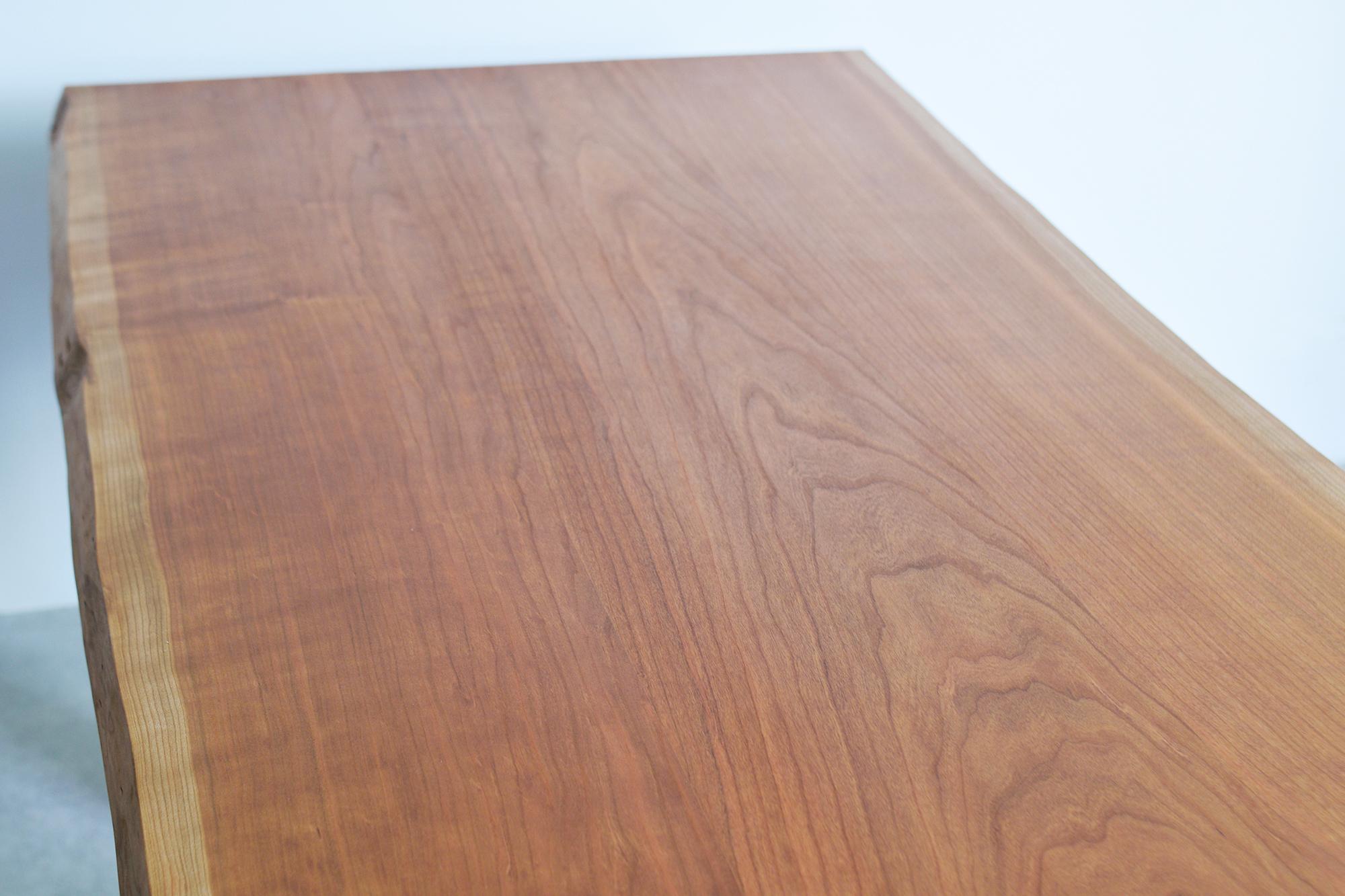 板目から柾目へ、木目のつながりを考えて接ぎ合わせた三枚接ぎ、一部にさざなみ状の杢があらわれています