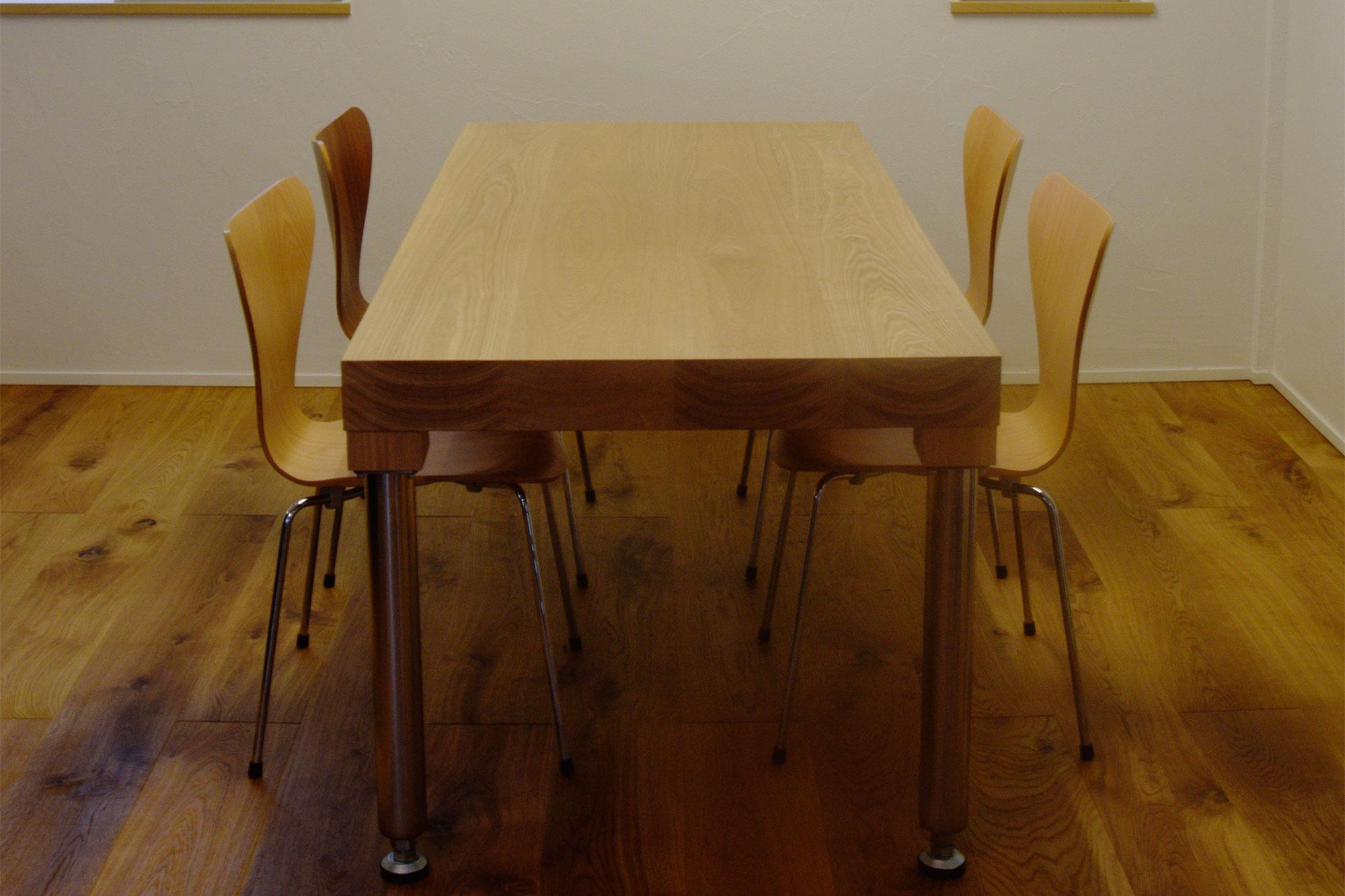 ステンレス製丸脚を付けたタモ材テーブル