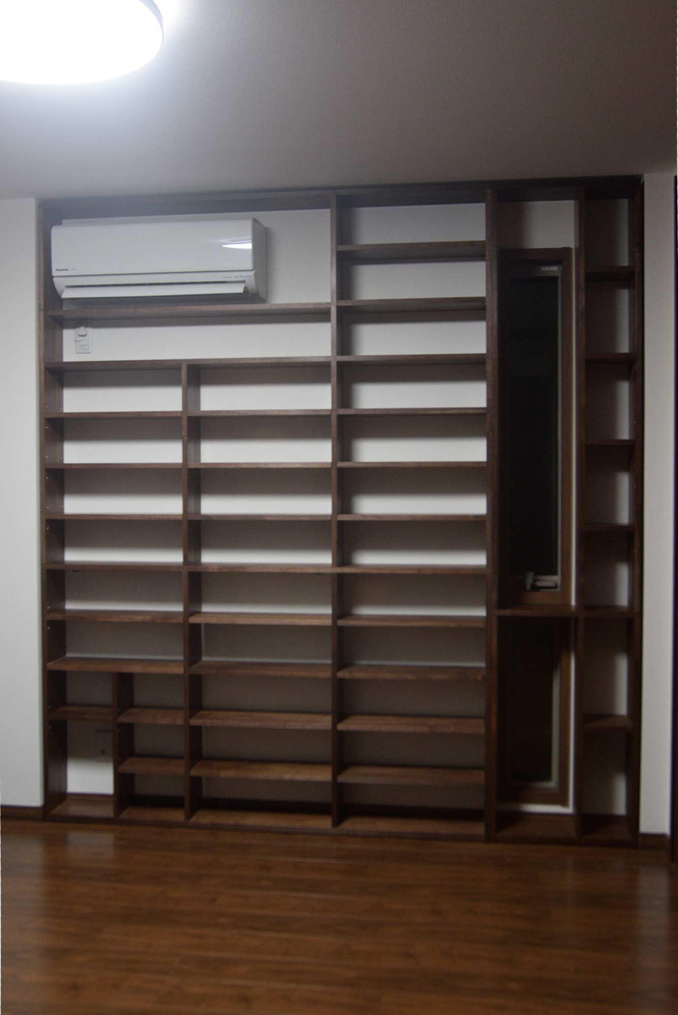 エアコンと窓を取り込んだ壁面収納