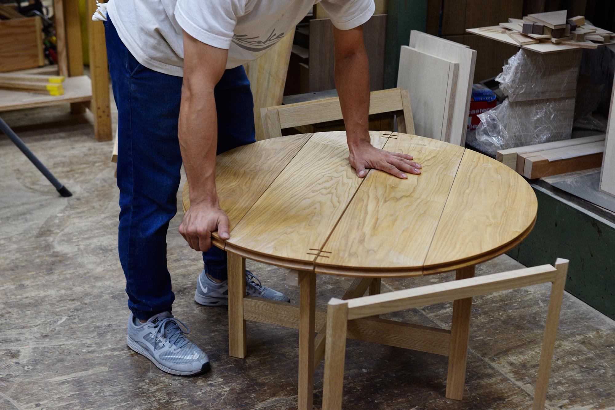 折りたたみ式の丸天板は4点で支えることで安定する