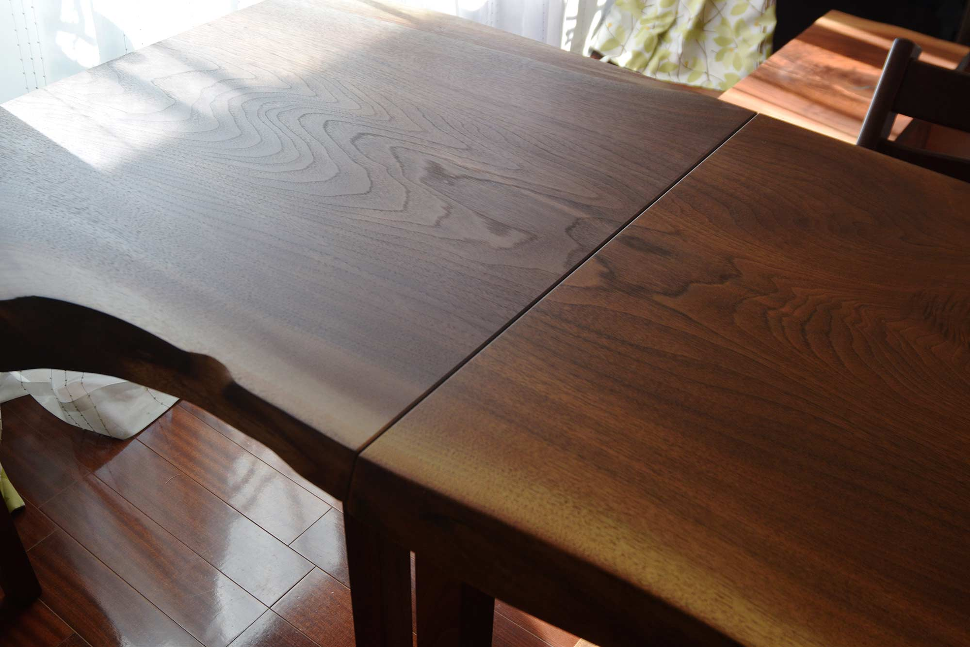 開け罹患ブラックウォールナット天板テーブルをご納品した様子です