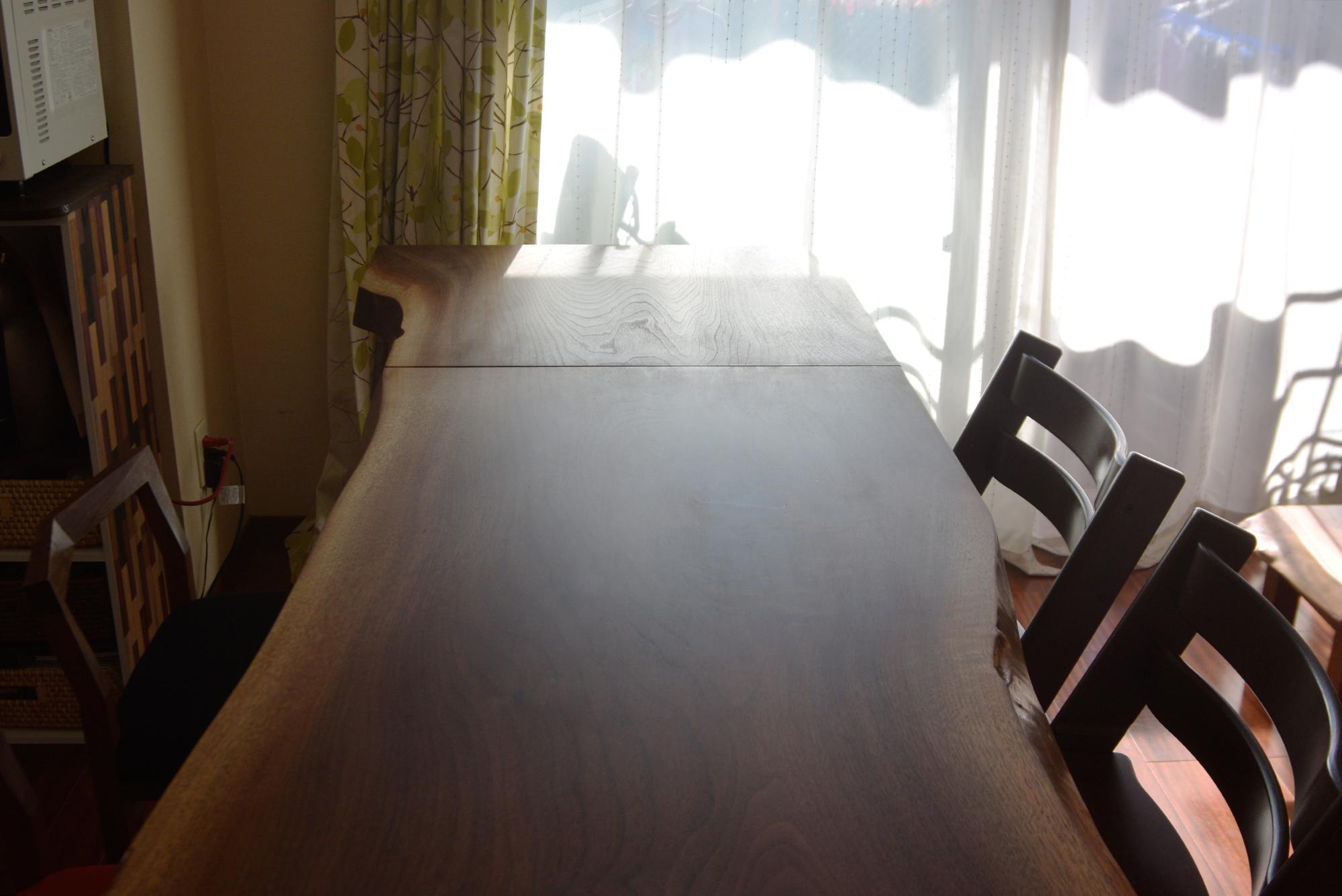 一枚板天板カットしたほうの材で製作した小さなテーブルをご納品した様子