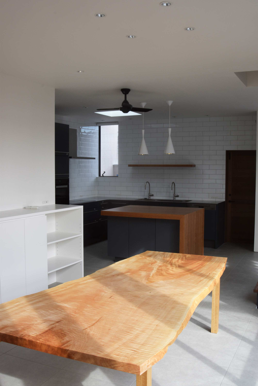 縮み杢が美しい、トチ一枚板天板ダイニングテーブルご納品の様子です